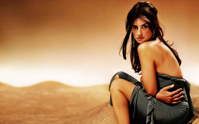 Penelope Cruz Look wallpaper