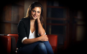 Phoebe Tonkin Cute Smile wallpaper