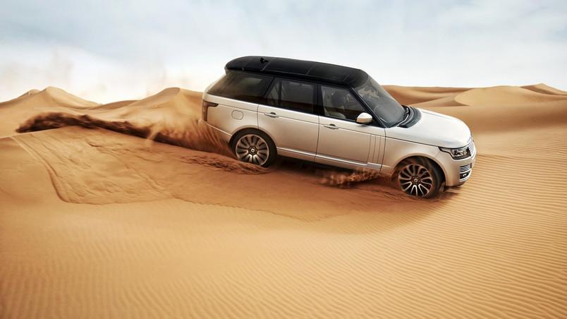 Range Rover In The Desert Wallpaper