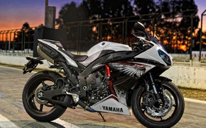 White Yamaha YZF R1 wallpaper