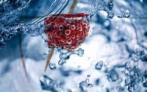 Fresh Raspberry in Water wallpaper