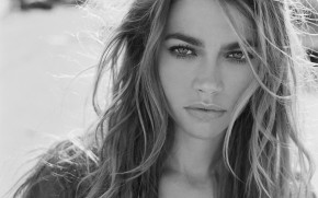 Denise Richards Black and White wallpaper