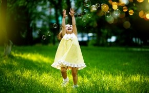 Little Girl Playing with Bubbles wallpaper