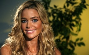 Denise Richards Tanned wallpaper