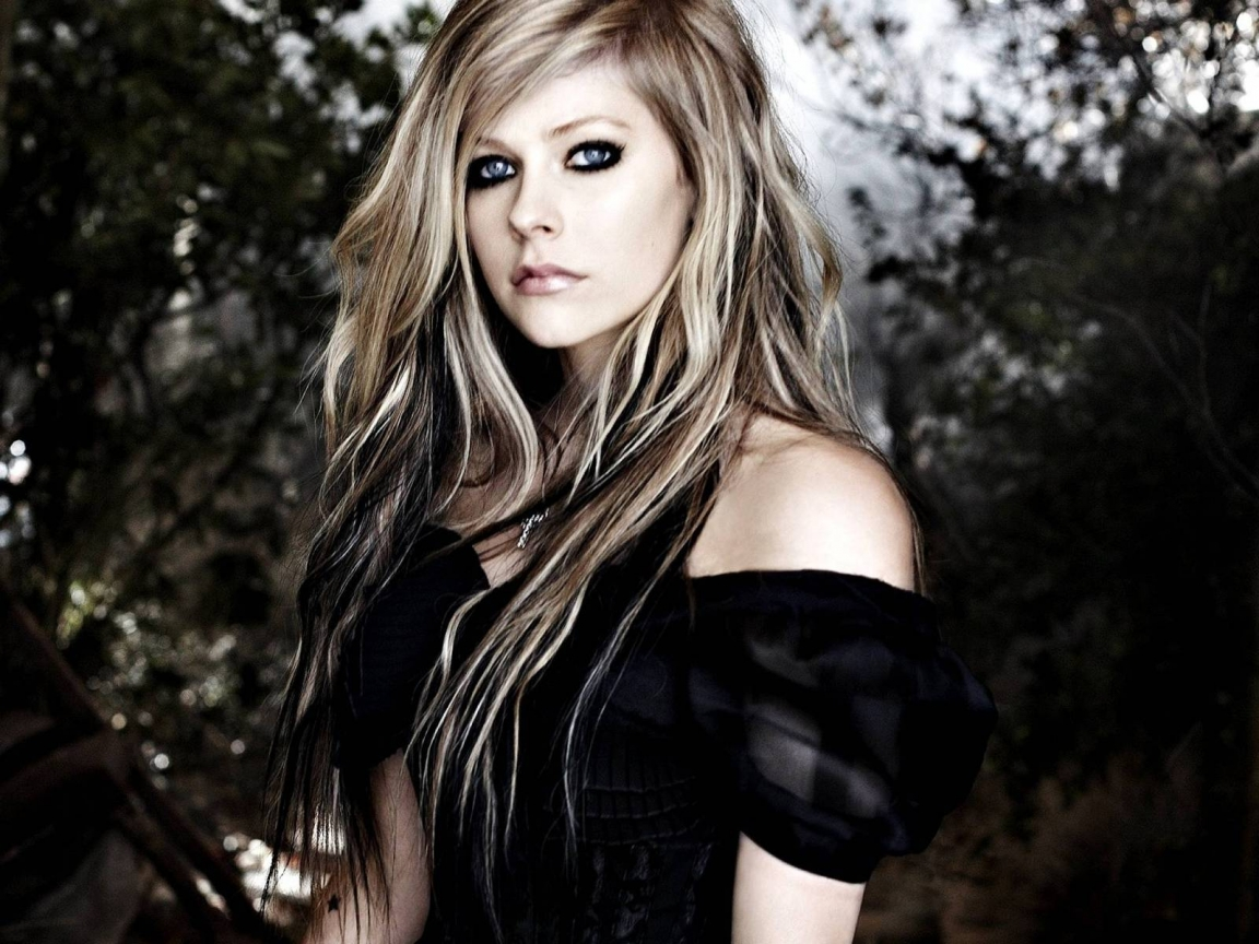 Avril Lavigne Forest for 1152 x 864 resolution