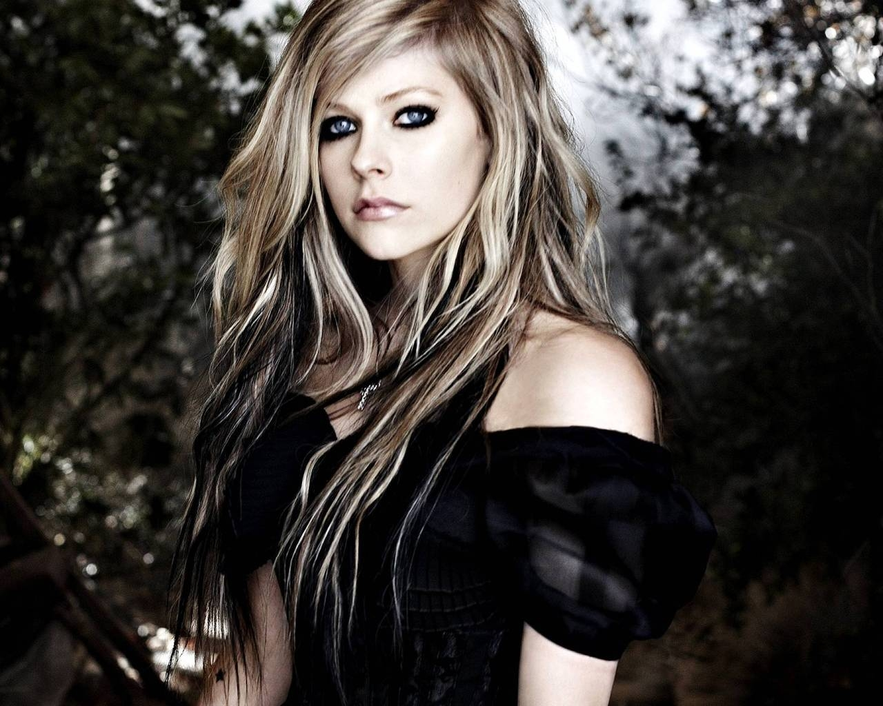 Avril Lavigne Forest for 1280 x 1024 resolution