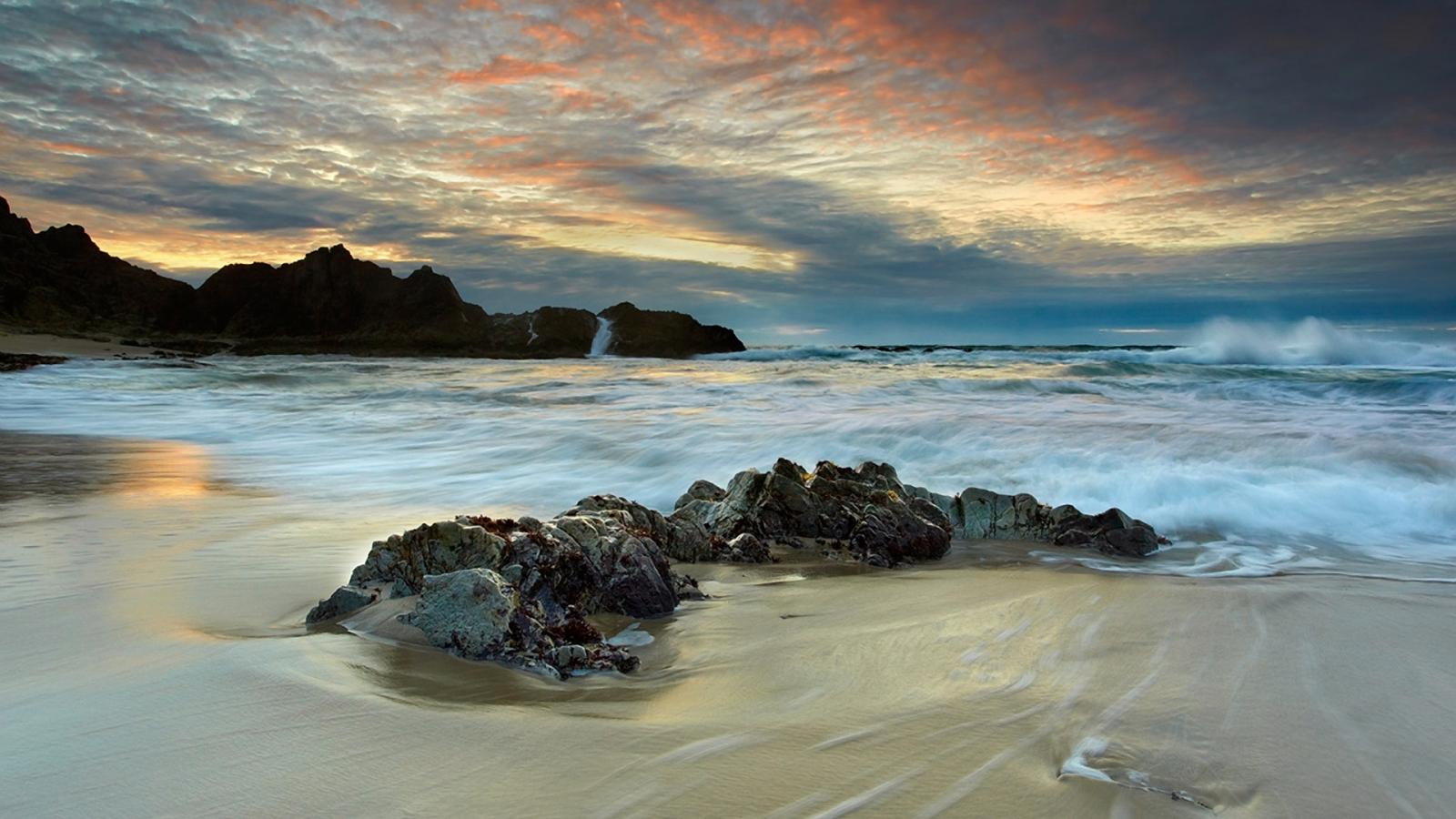 Beach Scenery 1600 x 900 HDTV Wallpaper