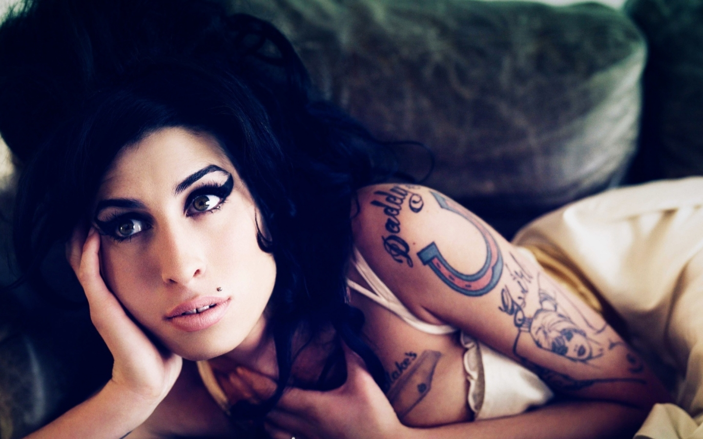 Beautiful Amy Winehouse for 1440 x 900 widescreen resolution