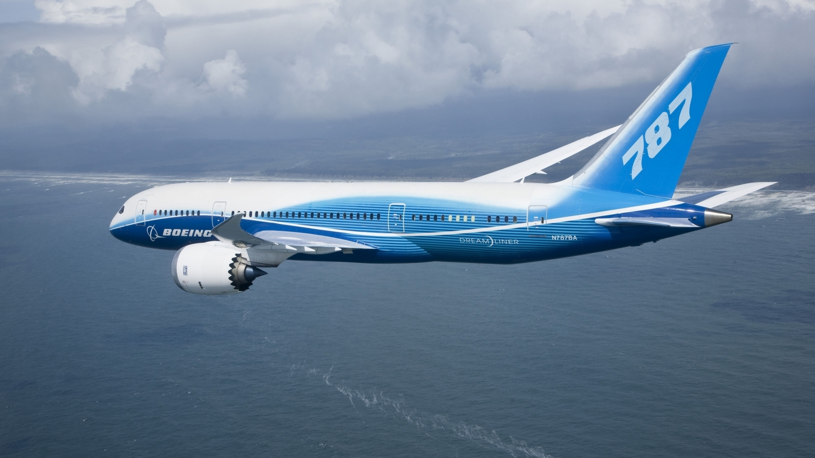 Boeing 787 Flying for 1600 x 900 HDTV resolution