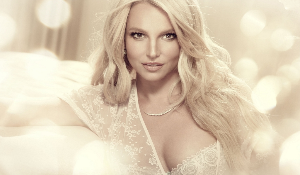 Britney Spears Glamouros for 1024 x 600 widescreen resolution