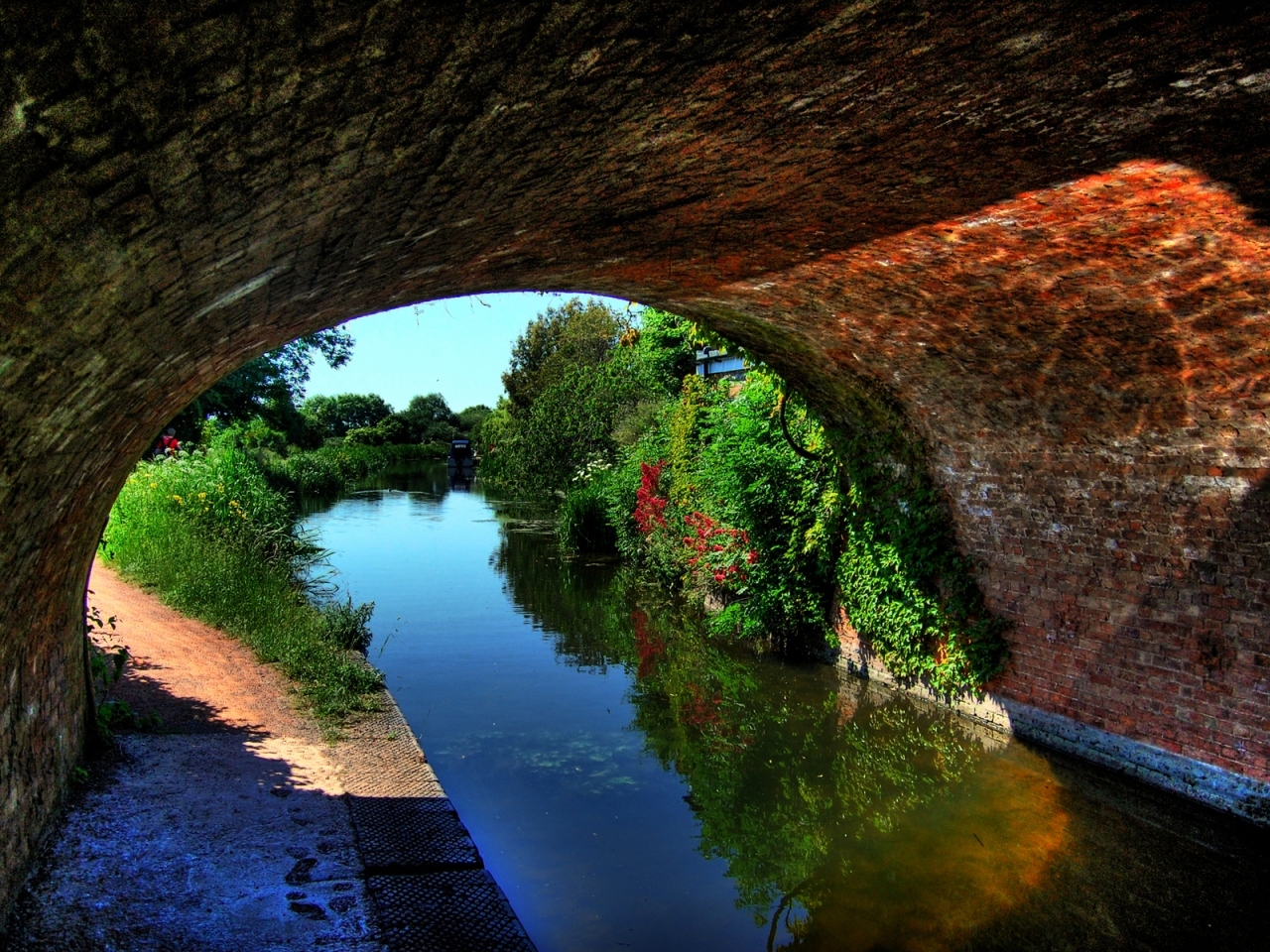Canal Under An Arched Bridge for 1280 x 960 resolution