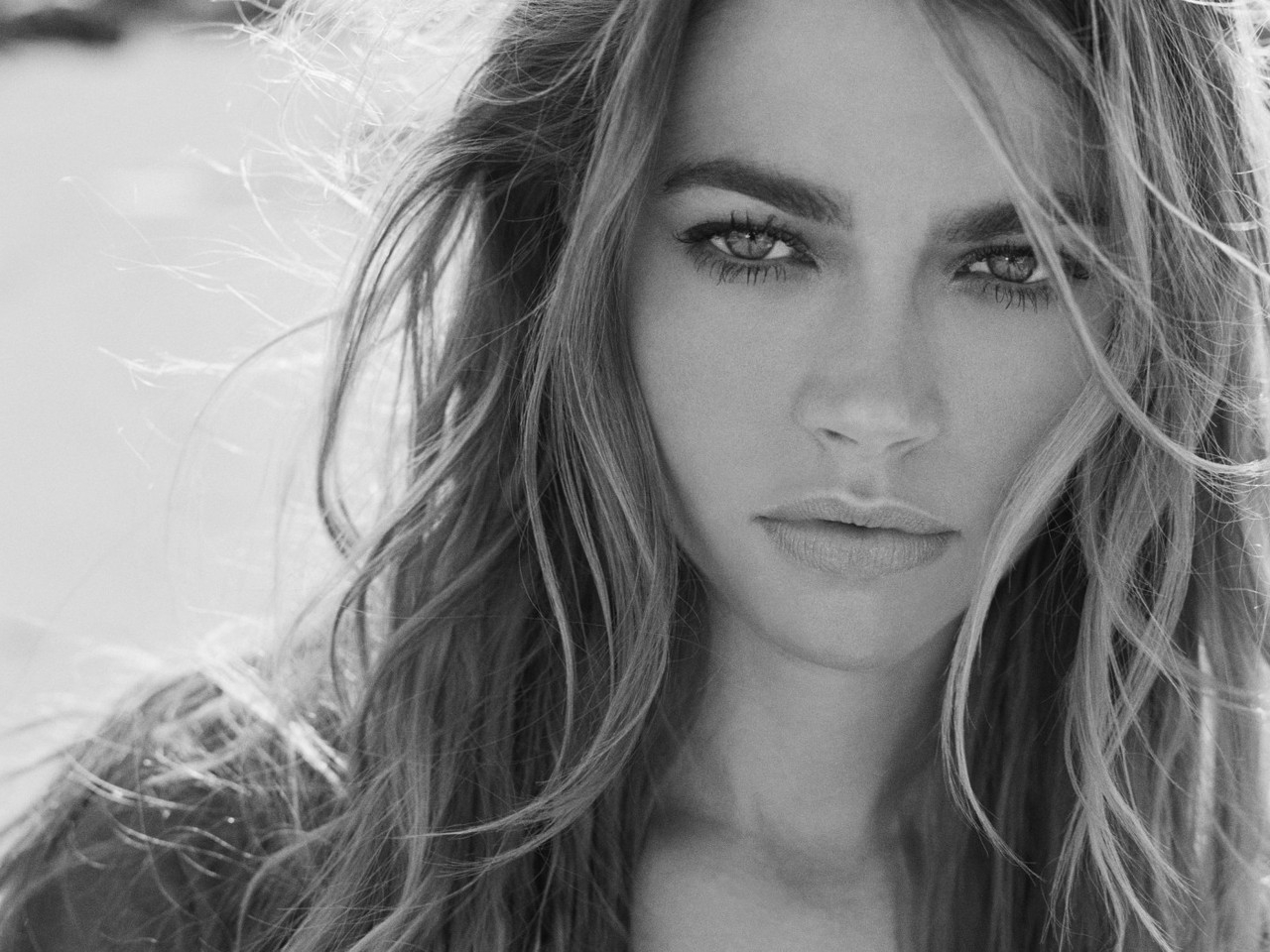 Denise Richards Black and White for 1280 x 960 resolution