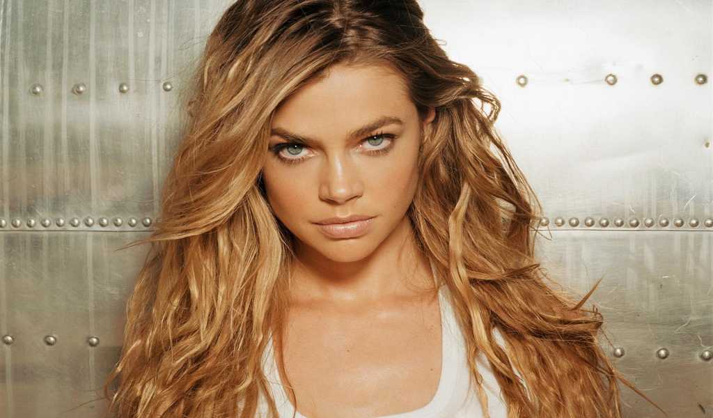 Denise Richards Serious for 1024 x 600 widescreen resolution