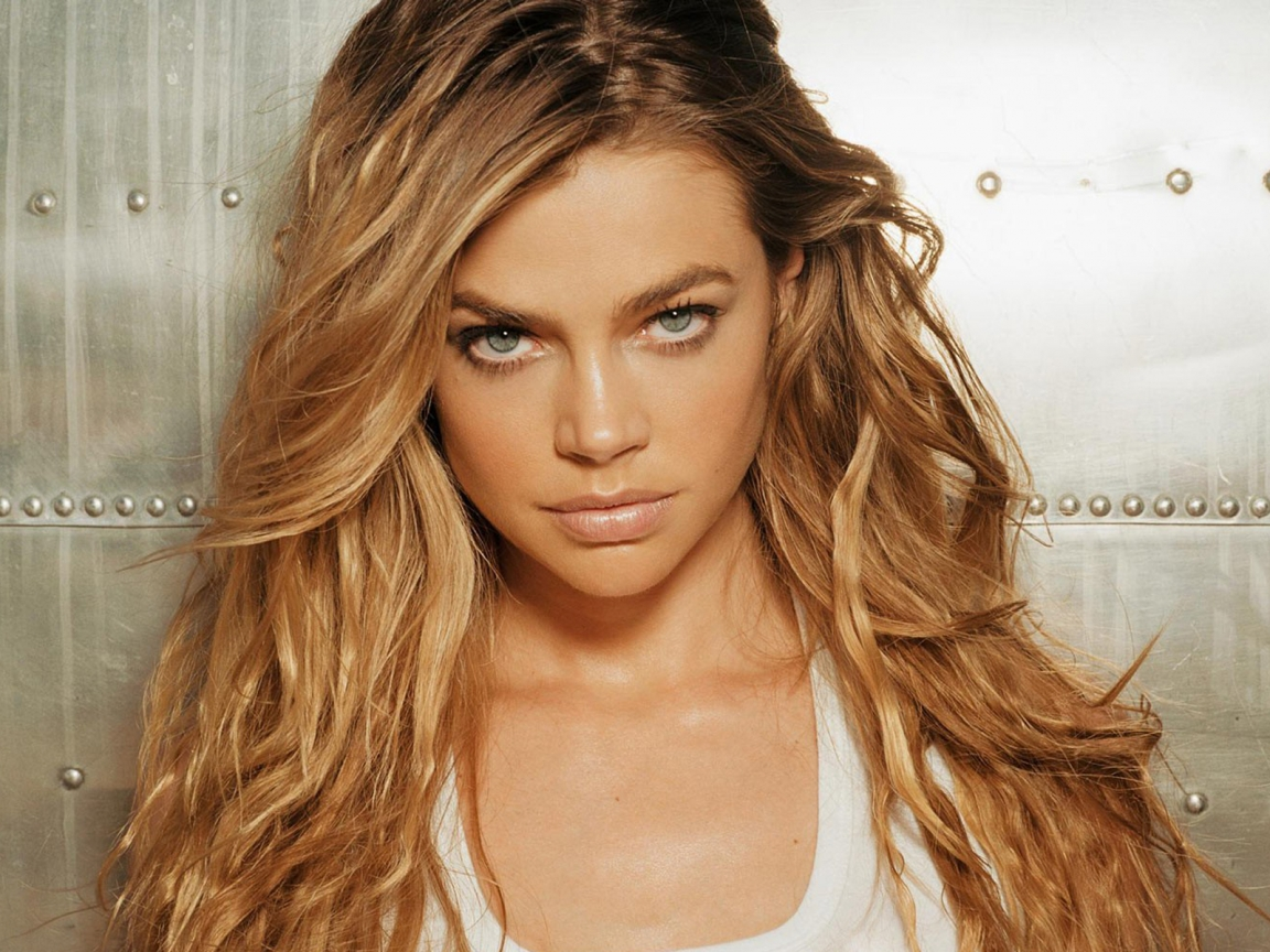 Denise Richards Serious for 1152 x 864 resolution