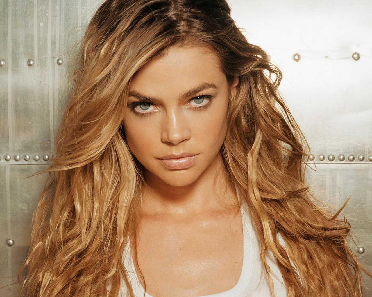Denise Richards Serious for 1280 x 1024 resolution