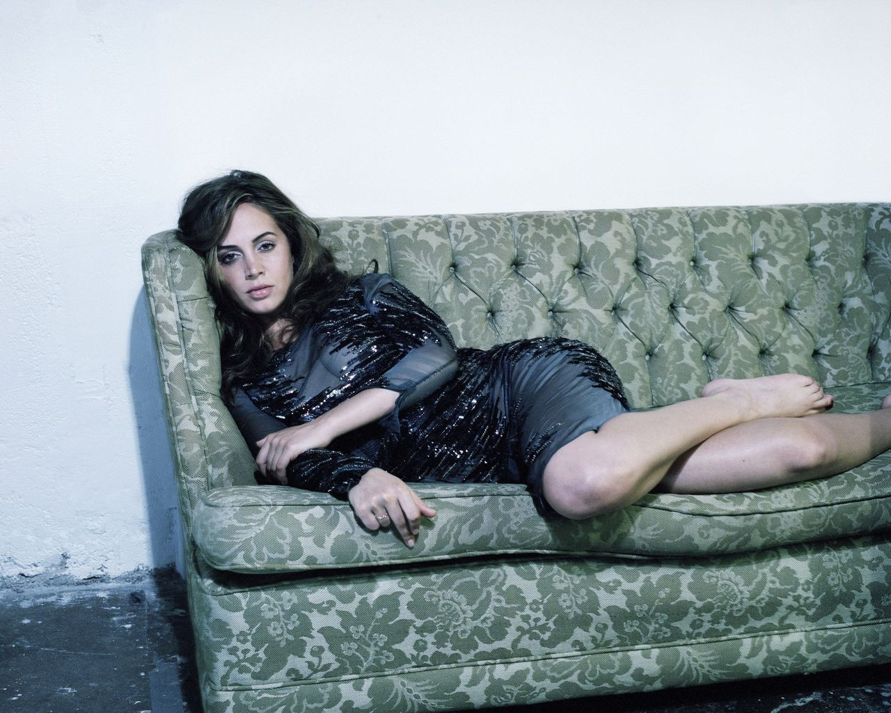 Eliza Dushku Sofa for 1280 x 1024 resolution