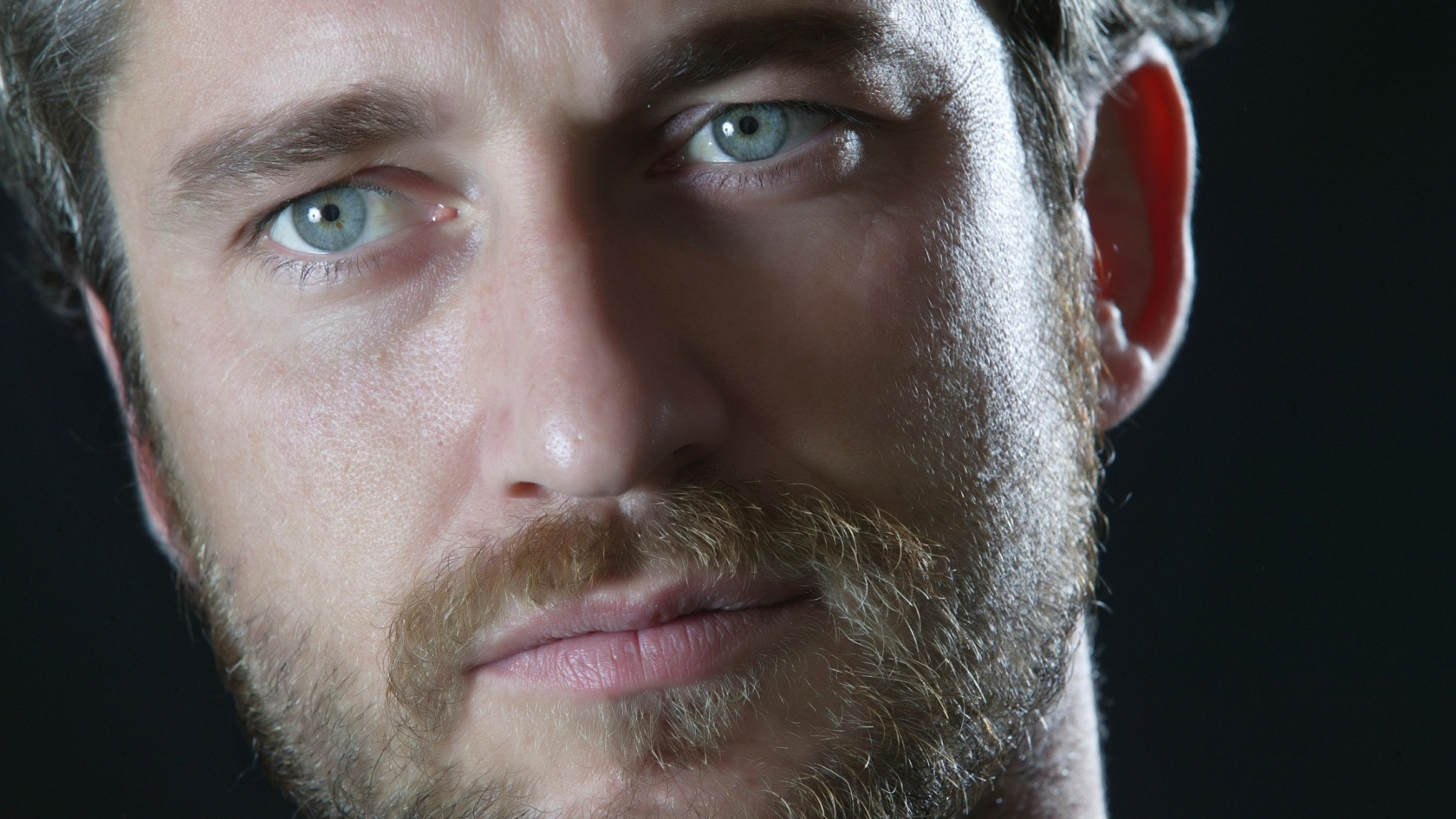 Gerard Butler Close Up for 1680 x 945 HDTV resolution
