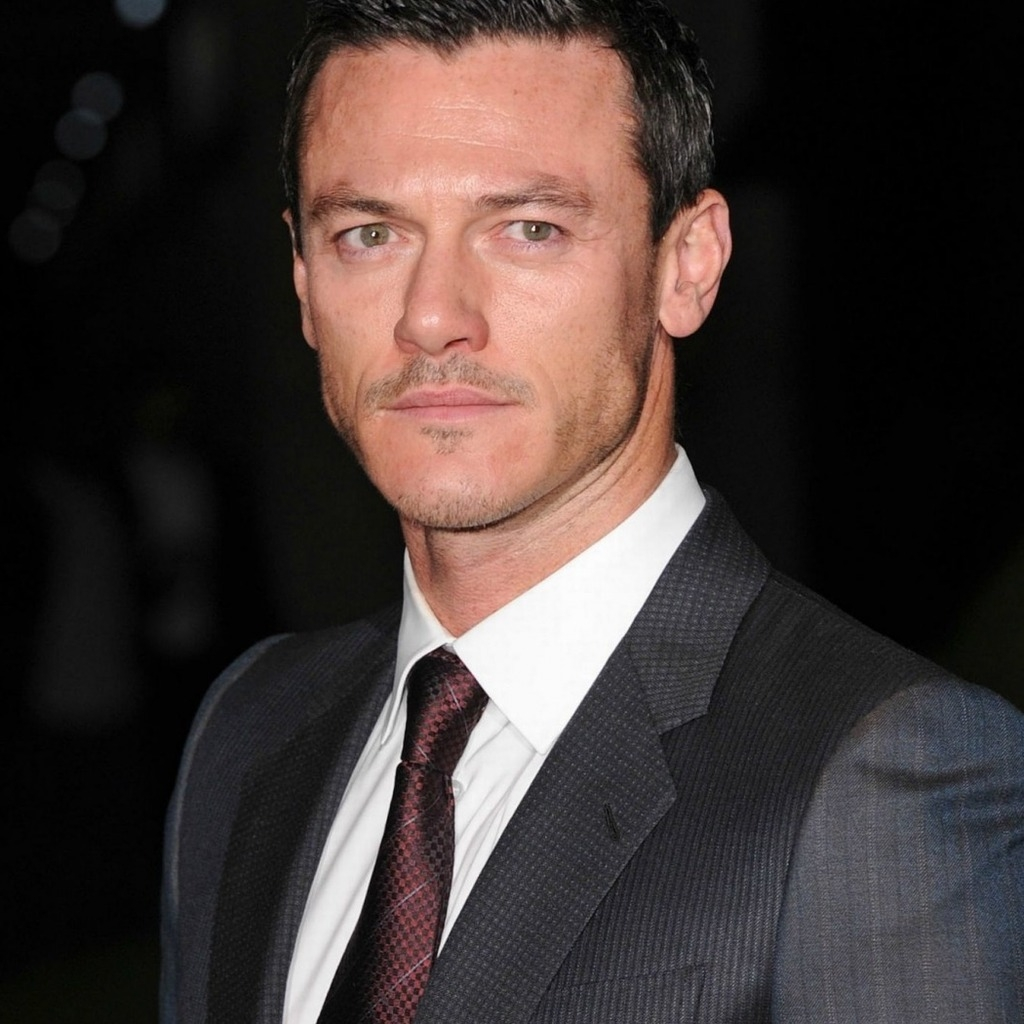 Luke Evans Suit for 1024 x 1024 iPad resolution
