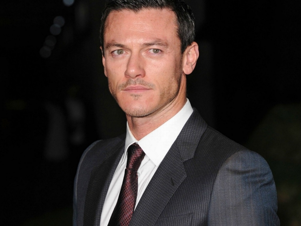 Luke Evans Suit for 1024 x 768 resolution