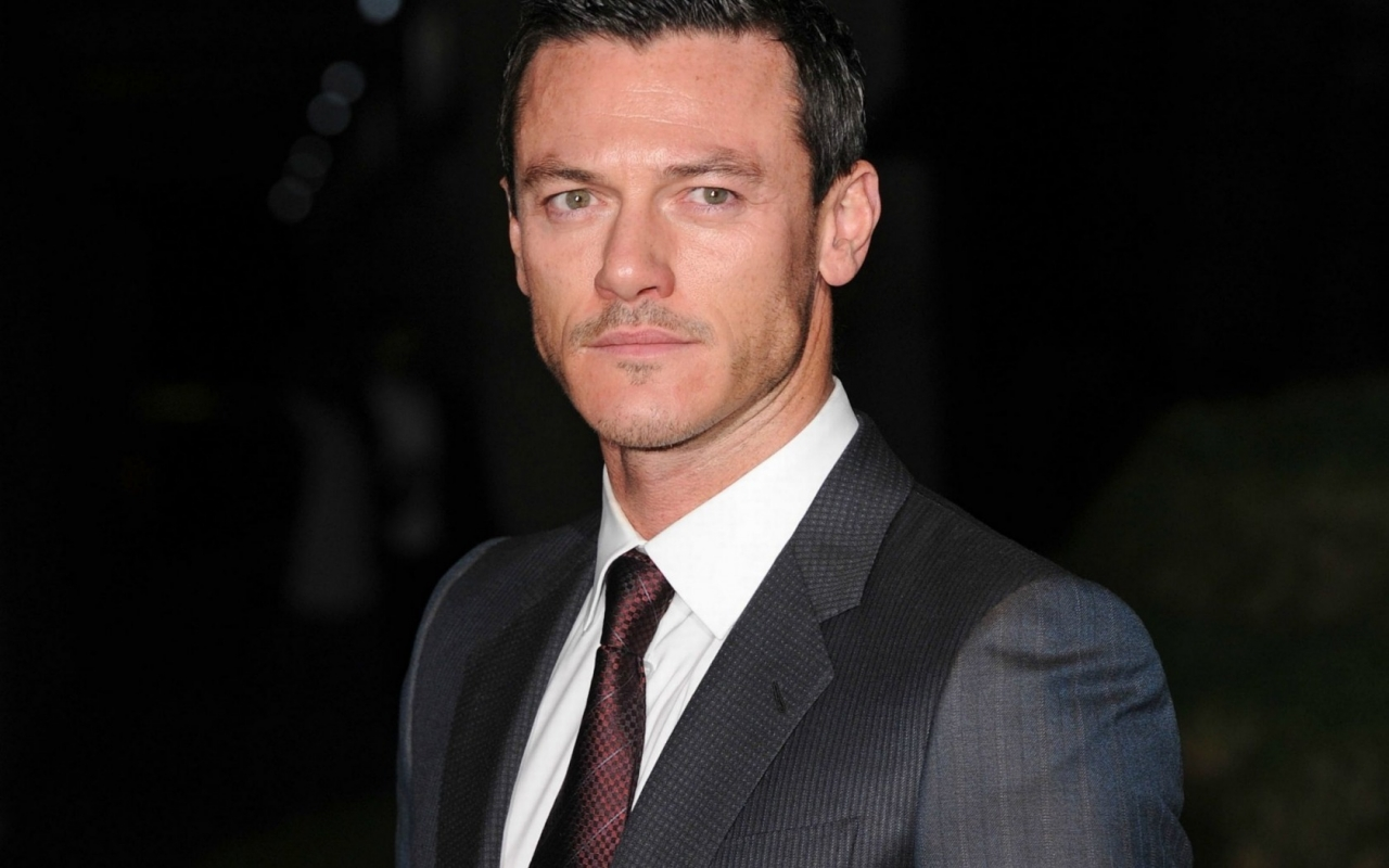 Luke Evans Suit for 1280 x 800 widescreen resolution