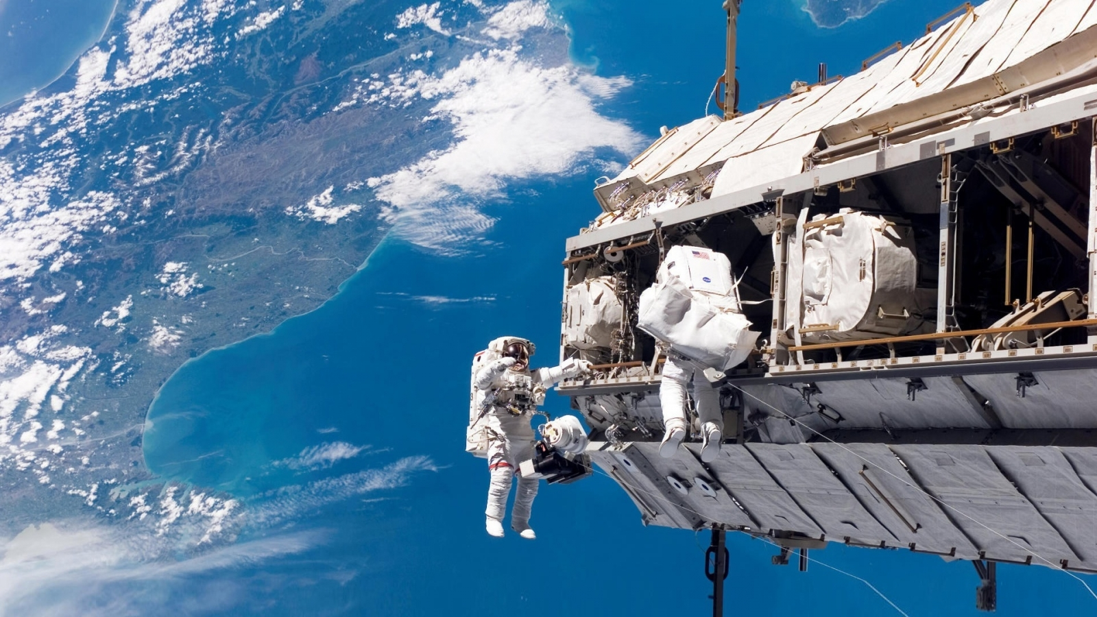 People Space Walk for 1600 x 900 HDTV resolution