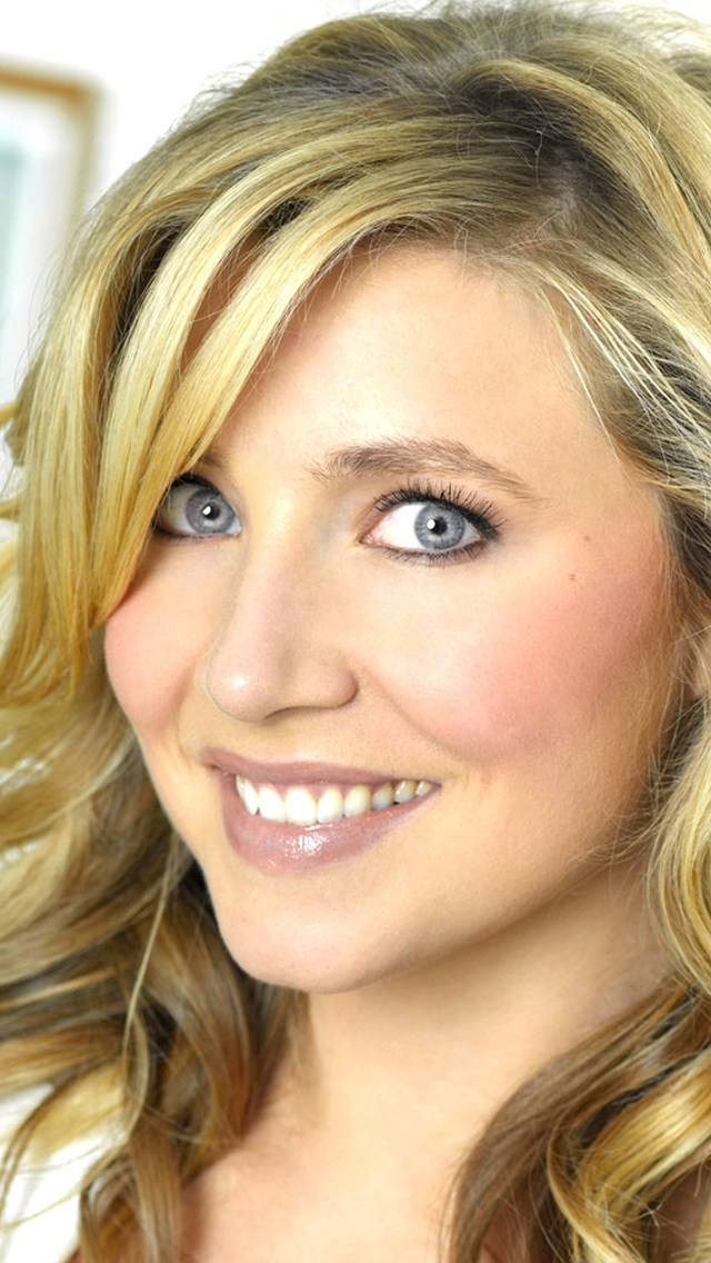 Sarah Chalke Smile for 640 x 1136 iPhone 5 resolution