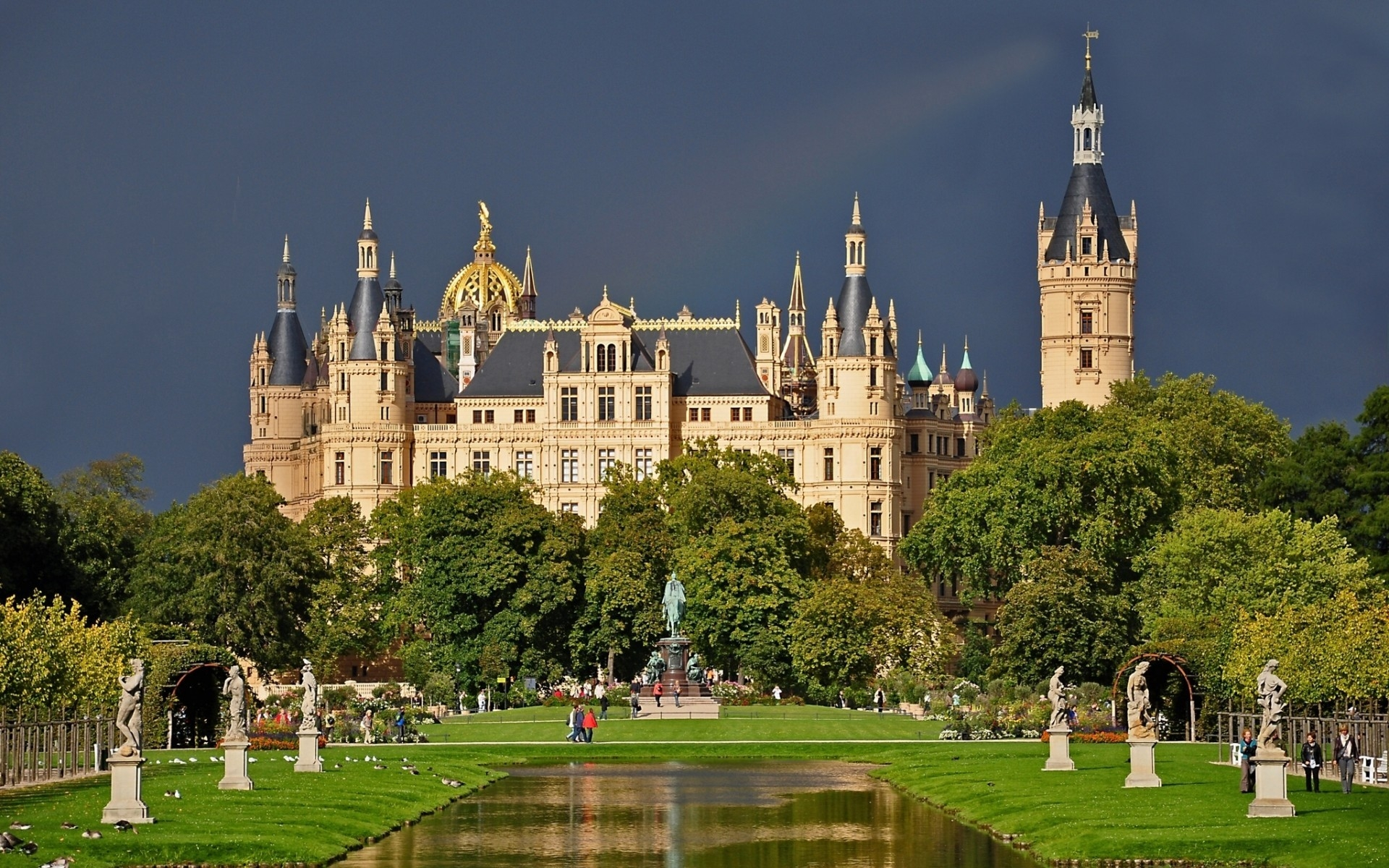 Schwerin Castle Germany for 1920 x 1200 widescreen resolution