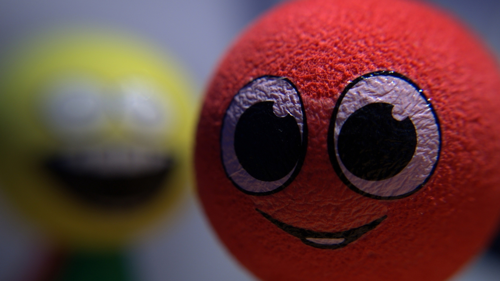 Smiley Ball for 1600 x 900 HDTV resolution