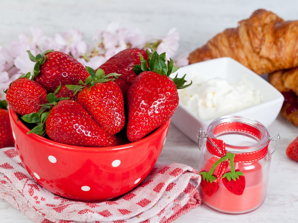 Strawberries and Sour Cream for 1024 x 768 resolution