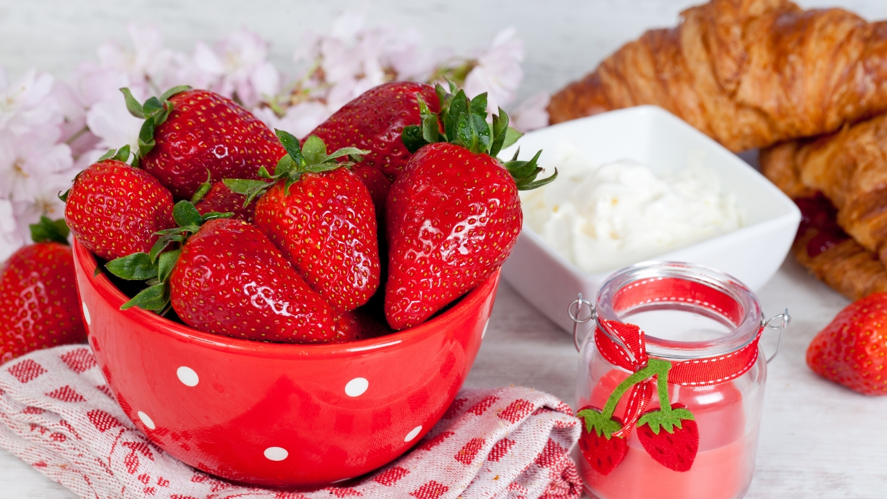Strawberries and Sour Cream for 1280 x 720 HDTV 720p resolution