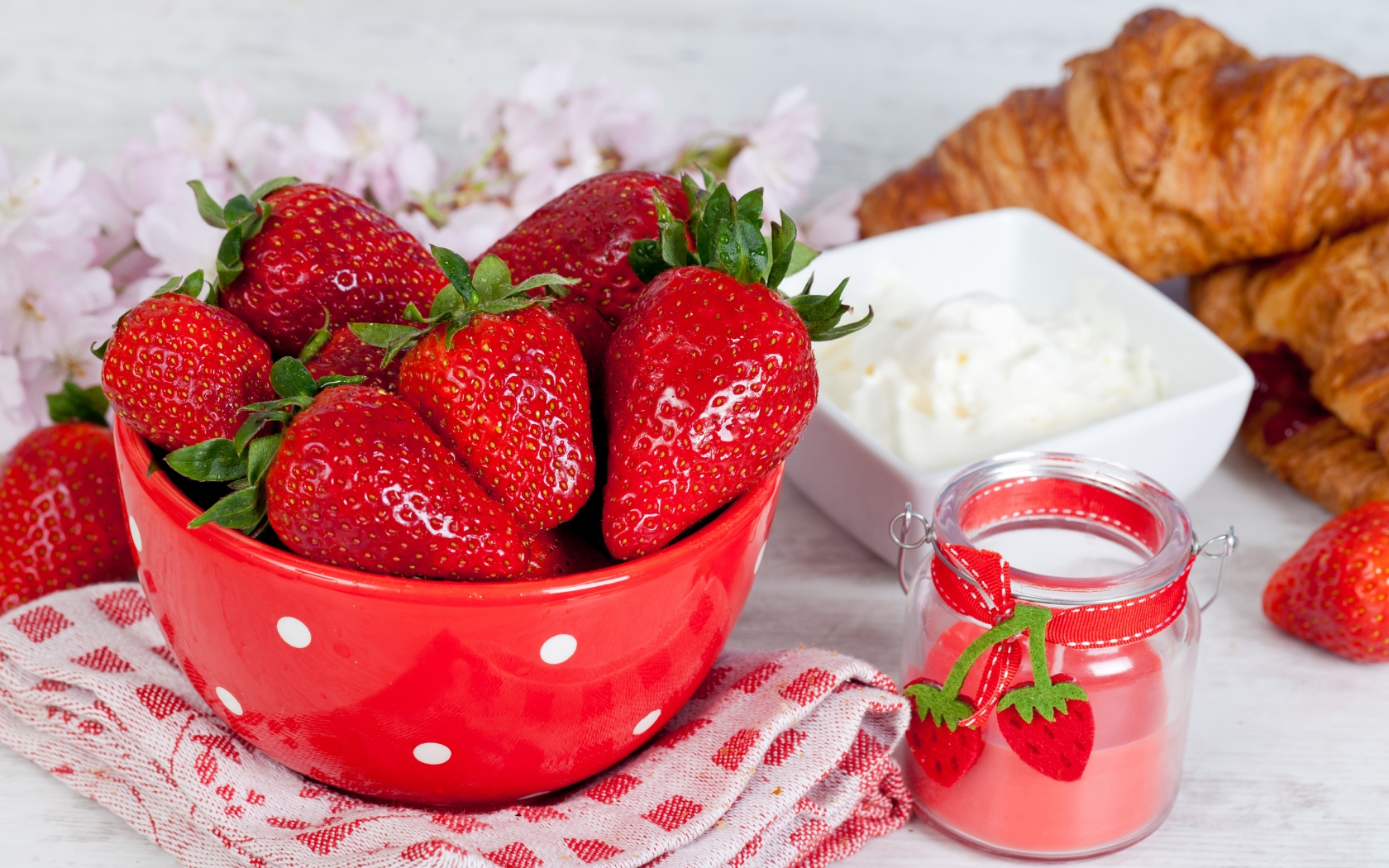Strawberries and Sour Cream for 1680 x 1050 widescreen resolution