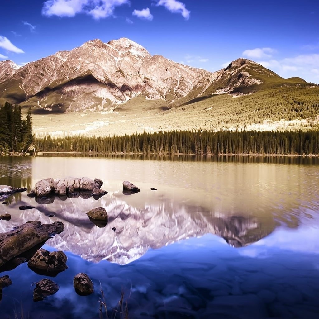 Superb Mountain photo for 1024 x 1024 iPad resolution