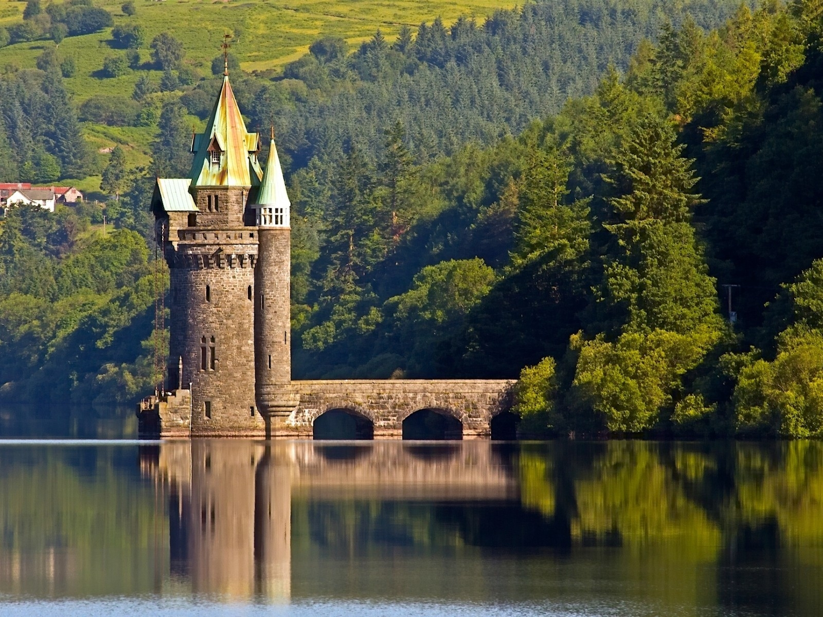 The Vyrnwy Tower for 1600 x 1200 resolution