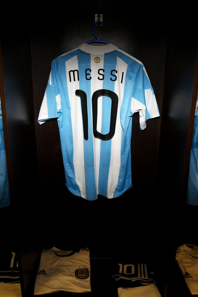 Tshirt of Messi, Tevez and Higuain for 640 x 960 iPhone 4 resolution