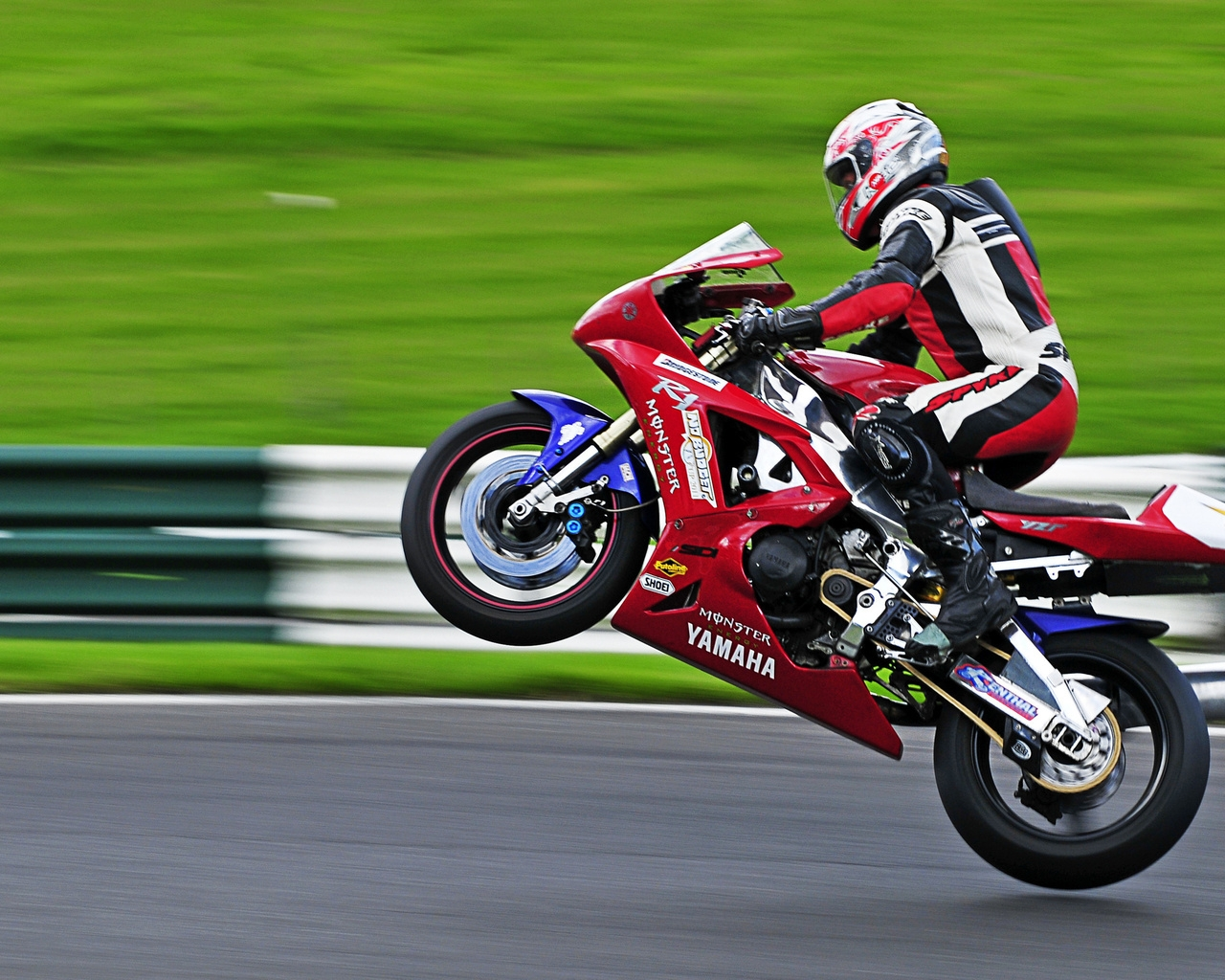 Yamaha R1 Wheelie for 1280 x 1024 resolution